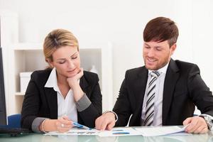 parceiros de negócios discutem vendas foto