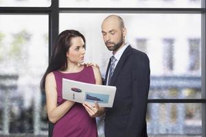 funcionário, discutindo as estatísticas da empresa com o gerente foto