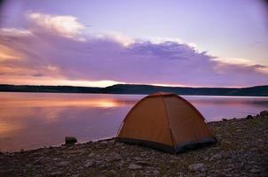 majestoso pôr do sol na paisagem do lago foto