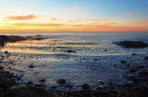 pôr do sol na praia idílica perto da baía de campos