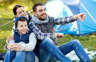 família feliz com tenda no acampamento foto