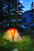 noite acampar em uma barraca no lago foto