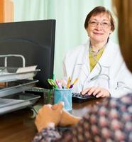 médica e mulher discutem algo foto