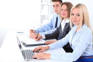 pessoas de negócios, discutindo as idéias na reunião foto