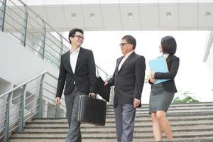 reunião da equipe de negócios asiáticos foto