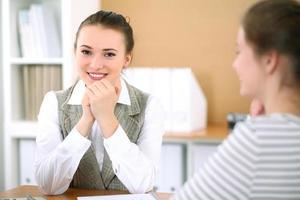 mulher de negócios jovem discutindo acordo com um cliente foto