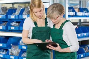 mulheres que trabalham no armazém foto
