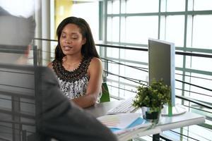 dois colegas discutindo idéias usando um computador tablet foto