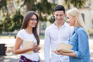 meninas e rapaz alegre estão estudando juntos