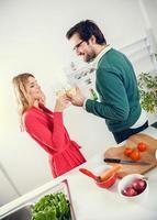 lindo casal cozinhando juntos foto