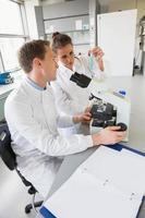 jovens cientistas trabalhando juntos