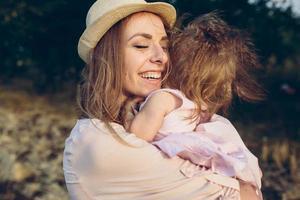 mãe e filha juntos ao ar livre