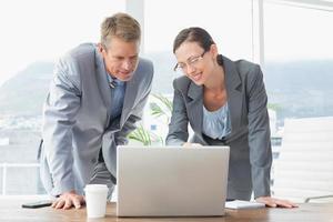 parceiros de negócios trabalhando juntos a sorrir foto