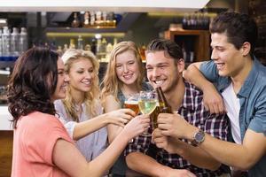 jovens amigos bebendo juntos foto