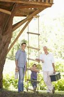 avô, pai e filho juntos a construção de casa na árvore