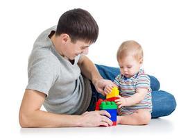 bebê menino e pai tocando juntos foto