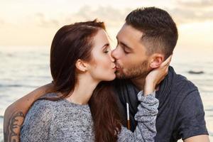 lindo casal na praia foto