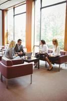 pessoas de negócios, conversando e trabalhando juntos no sofá foto