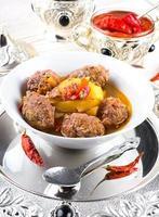 costeletas de peru com pote de pimenta foto