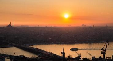 chifre dourado de Istambul ao pôr do sol, perfil de alto contraste foto