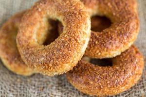 simit, um bagel redondo tradicional turco com sementes de gergelim foto