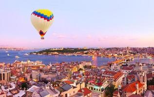 balão de ar quente sobre o pôr do sol de Istambul foto