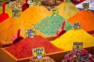 pacote de especiarias da variedade no mercado de Istambul, Turquia foto