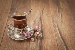 xícara de chá turco servido em estilo tradicional foto