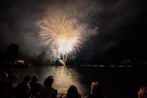 fuochi d'artificio sul lungolago, verbania, lago maggiore, piemonte, italia foto