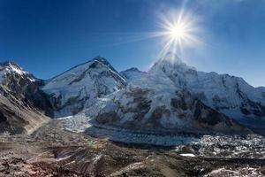 sol da manhã acima do monte everest, lhotse e nuptse
