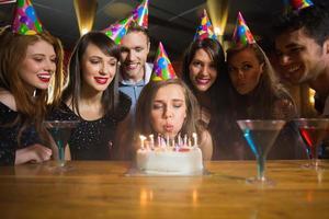 amigos comemorando um aniversário juntos foto