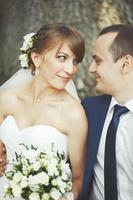 jovem casal de noivos no parque juntos foto
