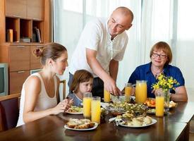retrato de família feliz três gerações posando juntos sobre foto