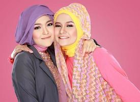 duas linda mulher muçulmana se divertindo juntos foto