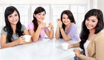 grupo de mulheres tendo tempo de qualidade juntos foto