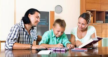 família fazendo lição de casa foto
