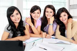 grupo de estudantes estudando juntos foto