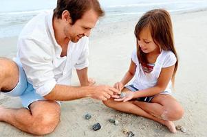diversão em família na praia foto