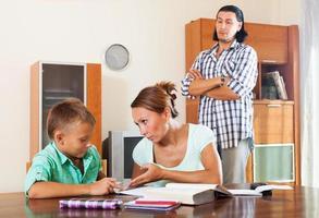 família comum fazendo lição de casa