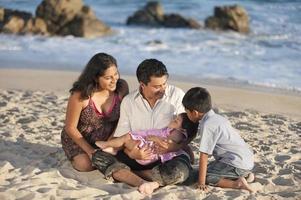 família latina bonito foto