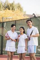 família jogando tênis, retrato foto