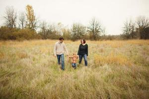 retrato de família em campo foto