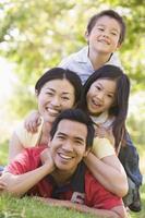família, mentindo, ao ar livre, sorrindo