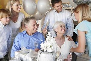 família dando uma festa