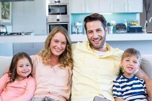 família feliz no sofá foto