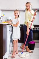 família de dois lavando cozinha foto