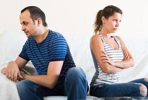 casal de família gritando enquanto discutia dentro de casa foto