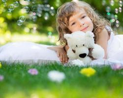 criança deitada na grama foto