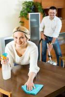 casal de família limpando em casa foto