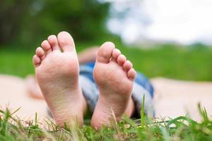 dois pés de criança foto